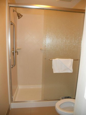 Staybridge Suites Reno Nevada: Large shower and toilet area is separate from rest of bathroom at Staybridge Suites Reno