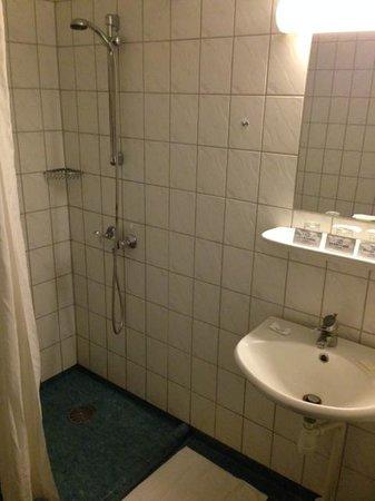Hotel Maritime : Bagno - più che essenziale