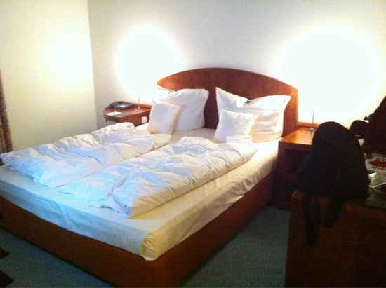 Lindner Hotel Airport : Odd way to have a bed made, this is how it looked when we came in, no sheets.