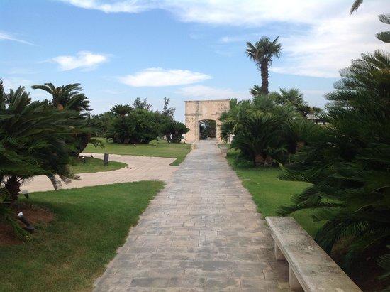 Grand Hotel Masseria Santa Lucia: mooie tuin