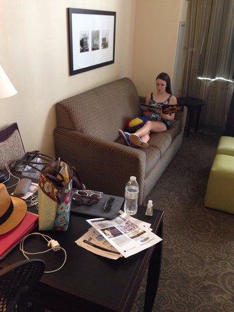Hampton Inn & Suites Baltimore Inner Harbor: Desk w sofa bed
