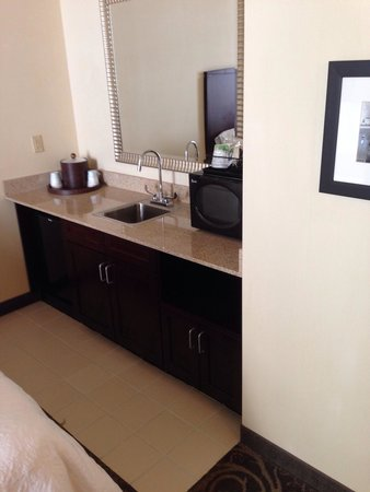Hampton Inn & Suites Baltimore Inner Harbor : Mini fridge, microwave and sink