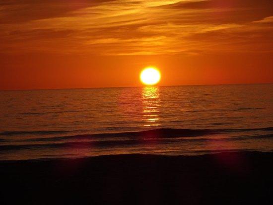 Best Western Plus Beach Resort : sunset outside the best western resort