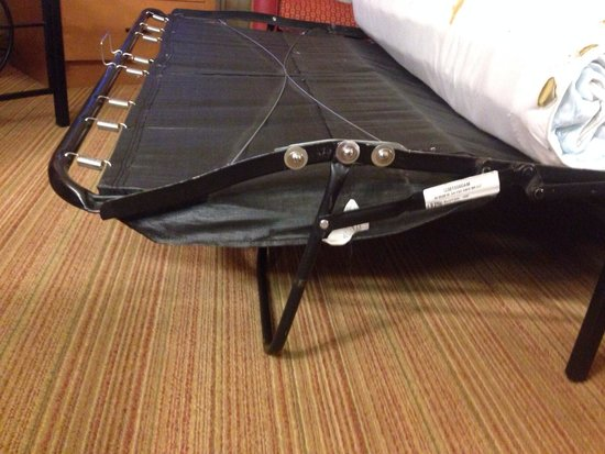 Residence Inn San Diego Mission Valley: Bent frame... You can see that they tried to Mickey Mouse and fixing the frame!