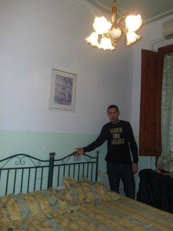 Hotel Desiree: Habitación