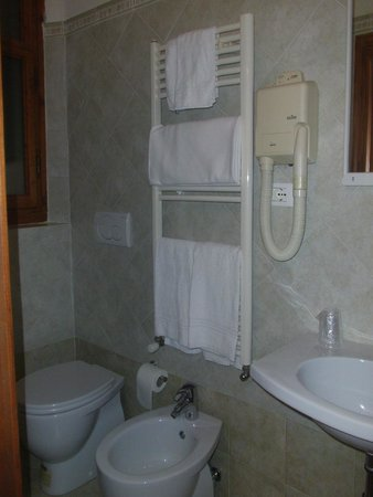 Hotel Desiree: Baño
