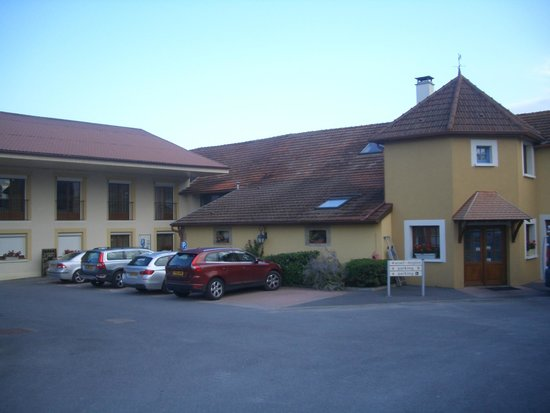 Logis Auberge des Moissons : Hotel as seen from main entrance from road