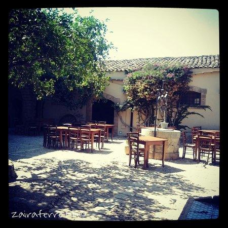 Baglio Siciliamo Country House: la corte2