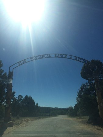 Zion Ponderosa Ranch Resort: Entrance to the ranch during the day