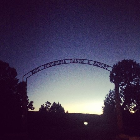 Zion Ponderosa Ranch Resort: Entrance to the ranch at sunset