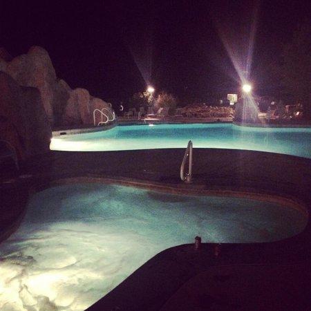 Zion Ponderosa Ranch Resort: The pool and hot tub at night