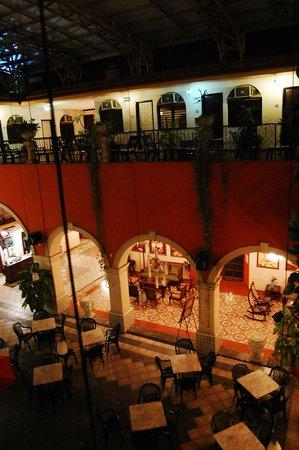 Hotel Doralba Inn : vista del 2o piso a la recepción y restaurante
