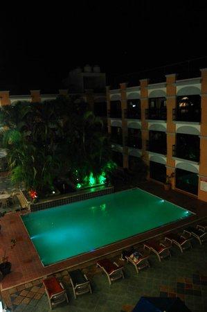 Hotel Doralba Inn: vista del 2o piso al área de alberca