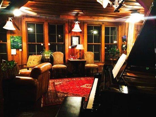Lake Rabun Hotel & Restaurant : Lobby piano