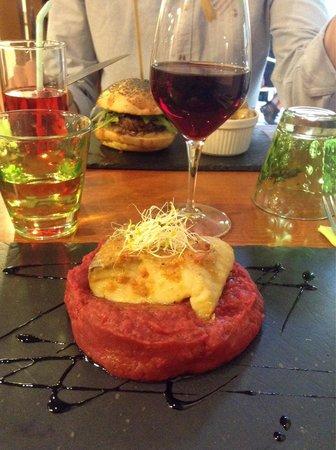 L'Affaire de Goût : Filet de lieu noir, purée de betteraves et pommes de terre. Hamburger charolais sauce roquefort.