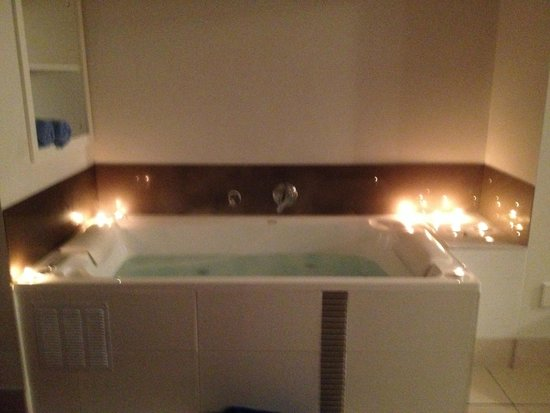 Ocean Waves Motel: Massive spa (candles supplied by us so remember to take your own)