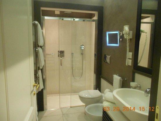 San Firenze Suites & Spa: vista banheiro
