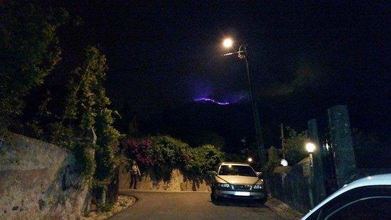 Casa Miradouro : Ночь - вид от отеля на гору