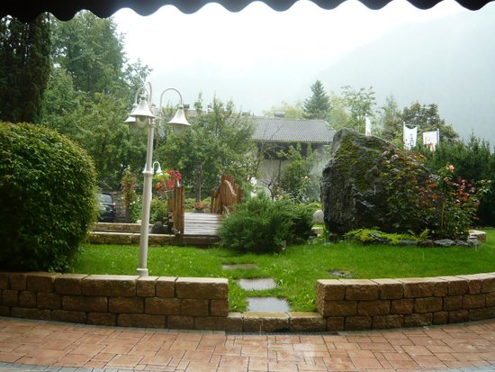 Wellnesshotel Almhof Call: giardino in una giornata piovosa