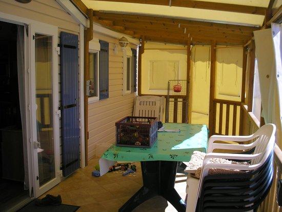 Camping Les Rouilleres: terrasse couverte ou non à votre guise et selon la météo