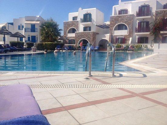 Naxos Resort Beach Hotel : Pool vanuit eetgedeelte gezien..