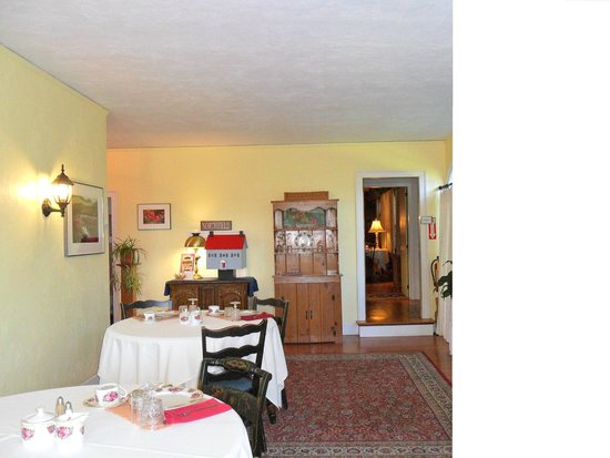The Centennial House Bed and Breakfast: Dining Sunroom