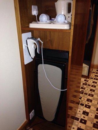 The Connacht Hotel: Table à repasser, fer et bouilloire dans chaque chambre