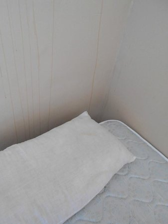 Residencia Malaga Backpackers: Awful wall and stained inner cushion
