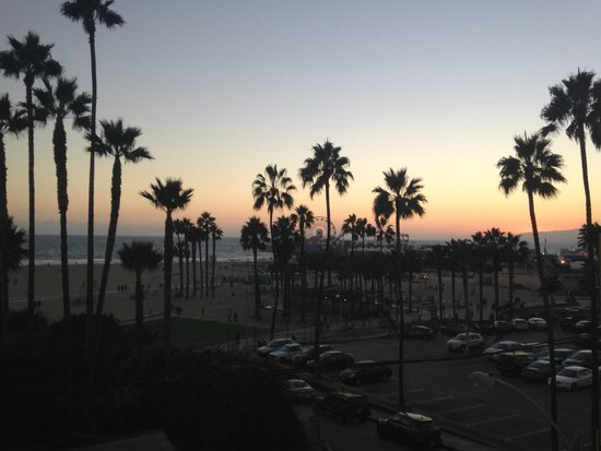 Loews Santa Monica Beach Hotel: Sunset from the pool deck