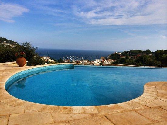 Hotel Blau Mar : Vue sur la piscine et la mer
