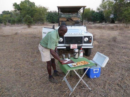 Wilderness Safaris Ruckomechi Camp: Engilbert making sundowners on our first evening drie