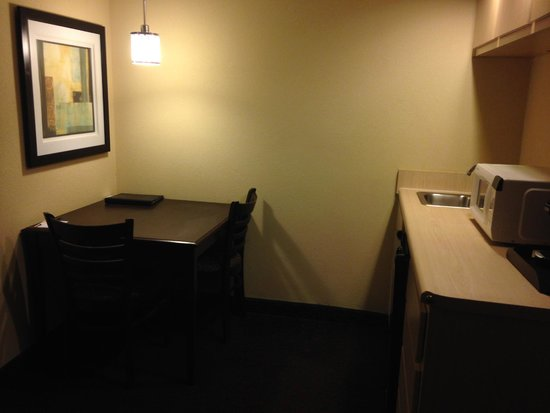 Quality Inn & Suites: kitchenette