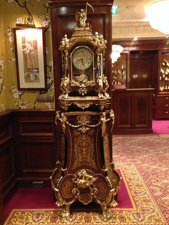 Hotel Estherea: Beautiful antique clock in lobby sitting area.