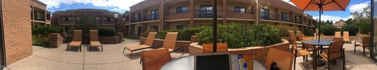 Courtyard Hartford Windsor: Patio panorama