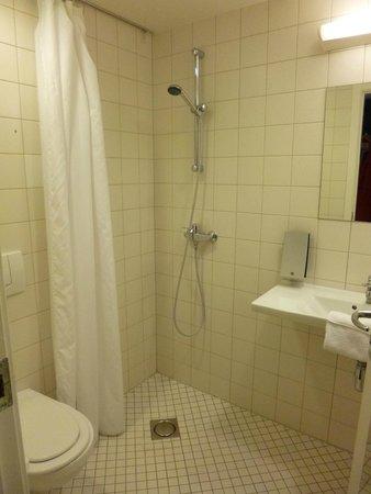 Ibsens Hotel: wet room