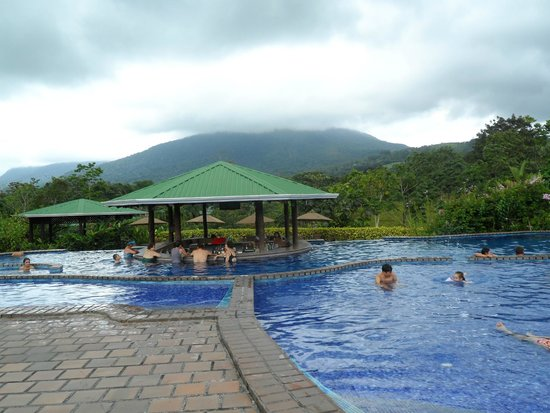Arenal Manoa Hotel : Piscina y bar