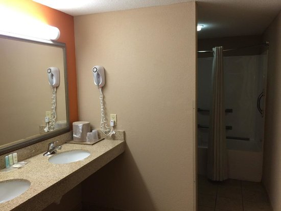 Comfort Suites Panama City Beach : Front ENTRY WAY of bathroom