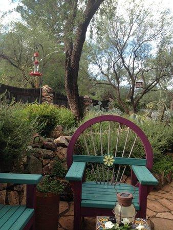 The Duquesne House Inn & Gardens : Hummingbird feeder in the garden