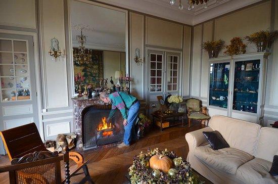 Chateau de la Villaine: Adriaan tending the Living room fire