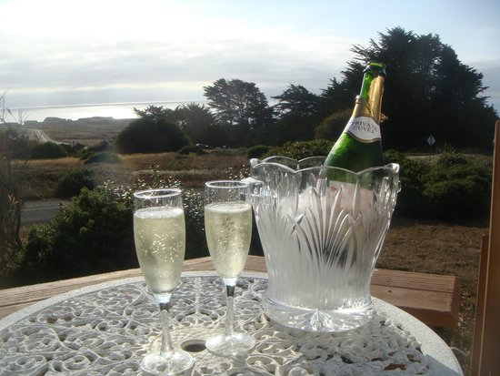 Mendocino Seaside Cottage: Drinks on the deck