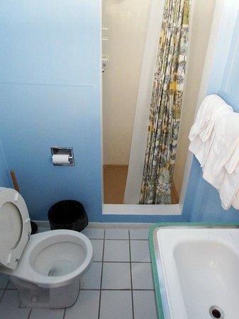 El Mono Motel: El Mono Bathroom