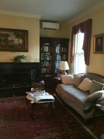 Caldwell House Bed and Breakfast: The sitting room. Seems like it would be cozy in cold weather.