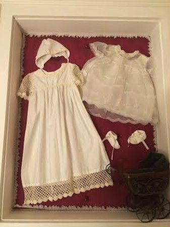 Caldwell House Bed and Breakfast: Slightly creepy baby clothes on the wall.