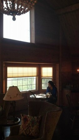 Fin and Feather Inn : Relaxing breakfast area, which a great view of the Tetons!