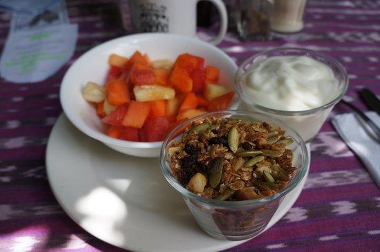 Cafe Condesa: Granola & yoghurt with fruit