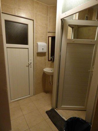 Sultan Hostel: Les WC et douche du dortoir
