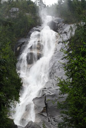 Shannon Falls Provincial Park: Water cascading over bare rock