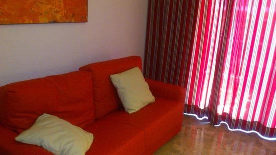 Mediterranean Bay Hotel: Saloncito habitacion 307
