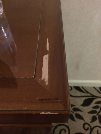 Omni Charlotte Hotel: Worn out furniture
