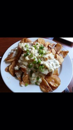 Canoe Restaurant: Home made Canoe Chips topped with creamy blue cheese. Mmmmm